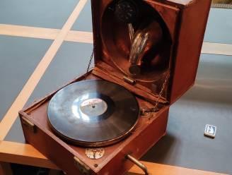 Opnieuw mooie aanwinsten voor het IFFM: draagbare 'Trench' grammofoonspeler en werk van kunstenaar Médard Maertens