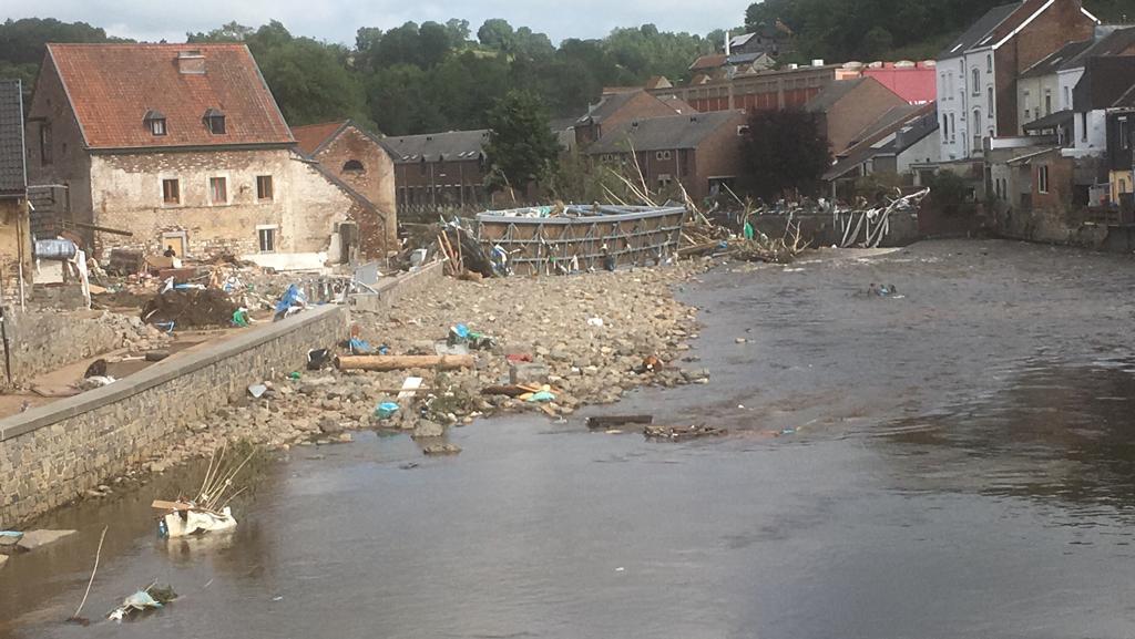 De schade in het dorpje Limbourg is enorm. De brug die door het water enkele honderden meters werd meegesleurd