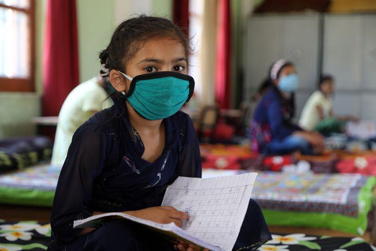 Les in een weeshuis in Jammu, India. Beeld Hollandse Hoogte / EPA