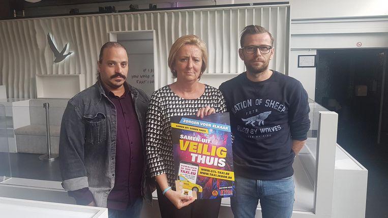 Initiatiefneemster Micheline Duysens overhandigt de eerste affiches aan Nourdin Ben Sallam (Red&Blue Cargo) en Steven Sterck (The Villa).