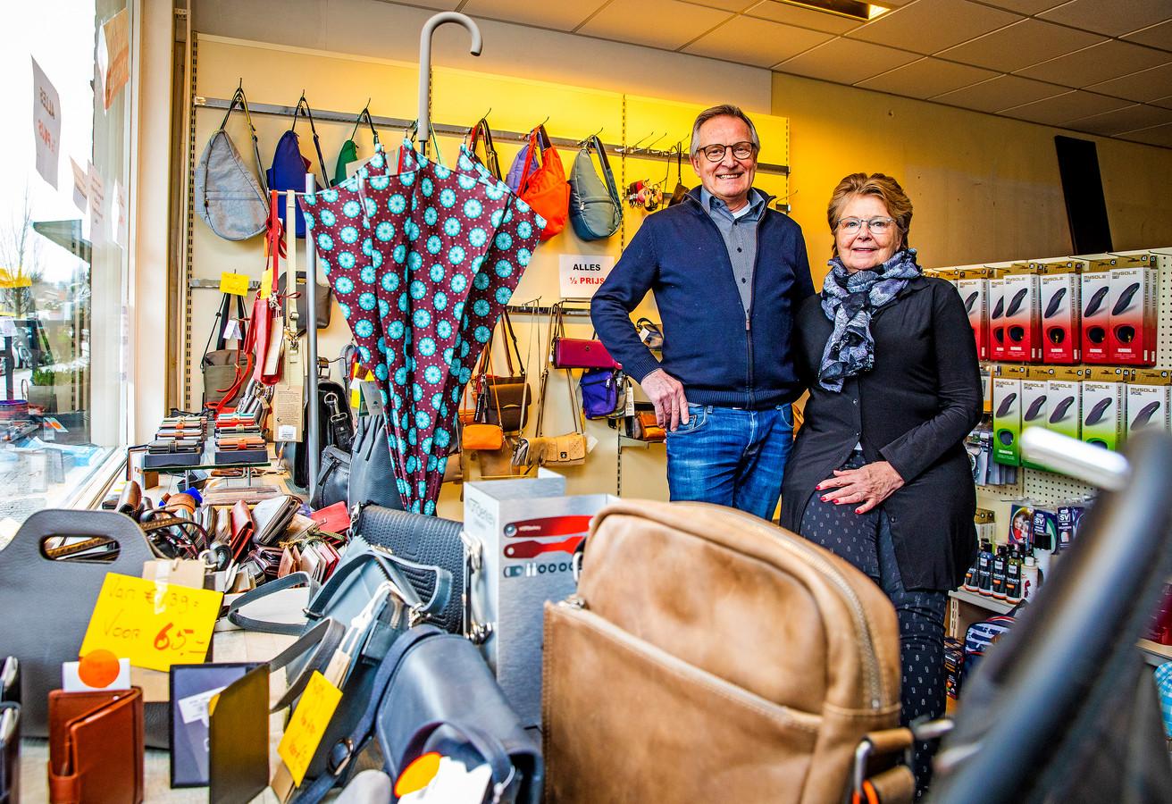 Bas en Welma van der Ree, in hun bijna leeg gekochte schoenmakerij en lederwarenwinkel in Numansdorp.