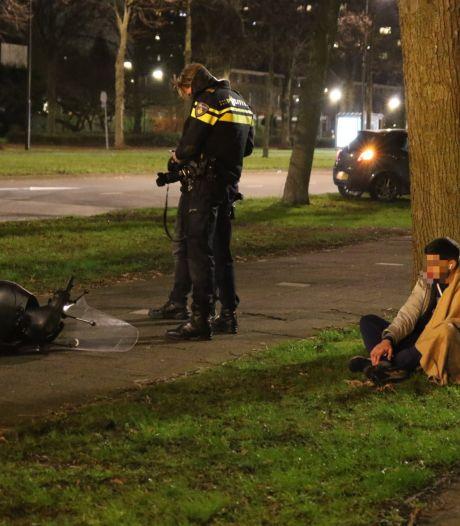 Fietsers spurten weg na aanrijding, scooterrijder blijft gewond achter op Schaapweg