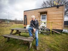 Deze Tukkers beleven coronatijd in tiny house: 'Gek genoeg lukt het afstand houden best goed'
