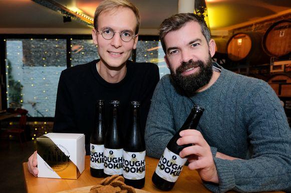 Alexandre Helson van Maison Dandoy en Sébastien Morvan van Brussels Beer Project met het bier en de speculaas.