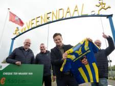 Tv-presentator Wilfred Genee overhandigt cheque van duizenden euro's aan Veenendaalse voetbalclub