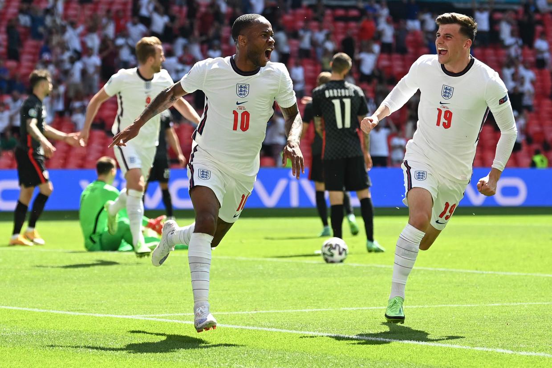 De Engelse aanvaller Raheem Sterling (l.) viert zijn doelpunt met ploegmaat Mason Mount in London. Beeld AFP