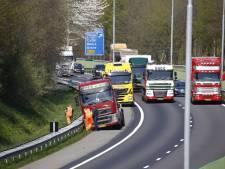 Vrachtwagen rijdt zich vast in berm van A73