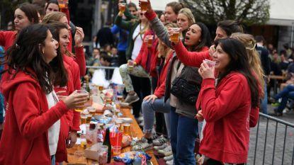 VIDEO: Tweehonderd studentes van Meisjesseniorenkonvent (MSK) 'cantussen' op  Oude Markt