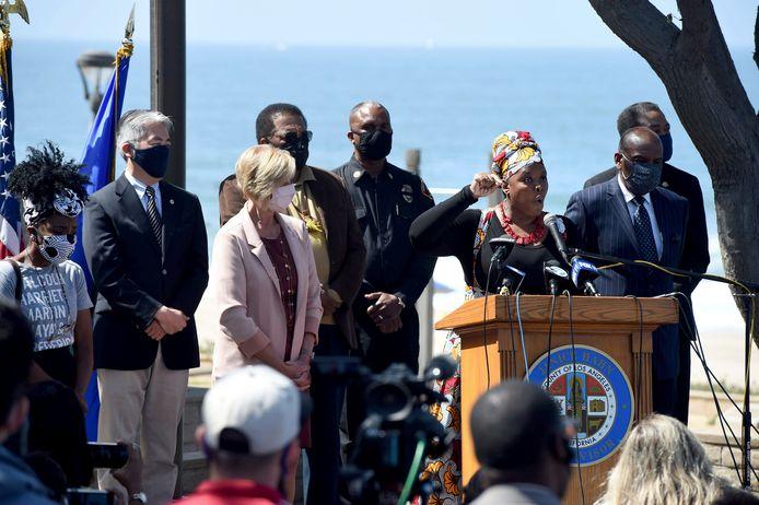 Kavon Ward, stichter van 'Justice for Bruce's Beach', tijdens een persconferentie in Manhattan Beach.