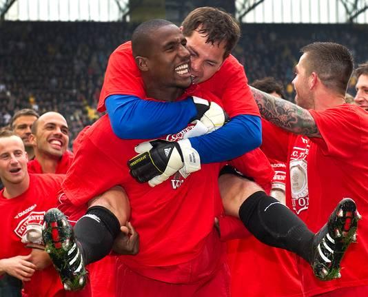 Met doelman Sander Boschker op zijn rug viert verdediger Douglas de landstitel met FC Twente in 2010.
