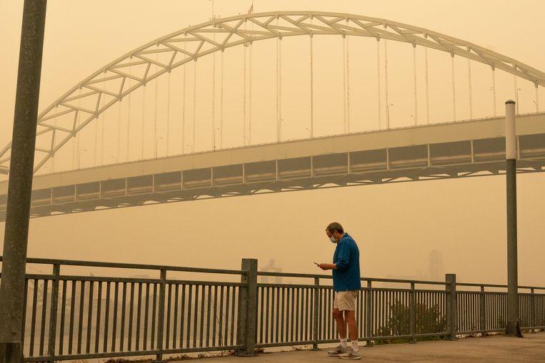 In grote delen van de Amerikaanse westkust, zoals hier Portland, hangt zware rook door de branden. Beeld Getty Images