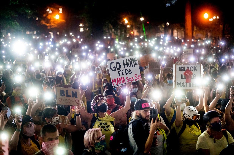 Black Lives Matterdemonstranten schijnen met hun smartphone. Beeld AP