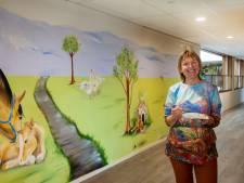Kunstenares Yvonne maakt muurschilderingen in verpleeghuis: zijn bewoners toch een beetje buiten