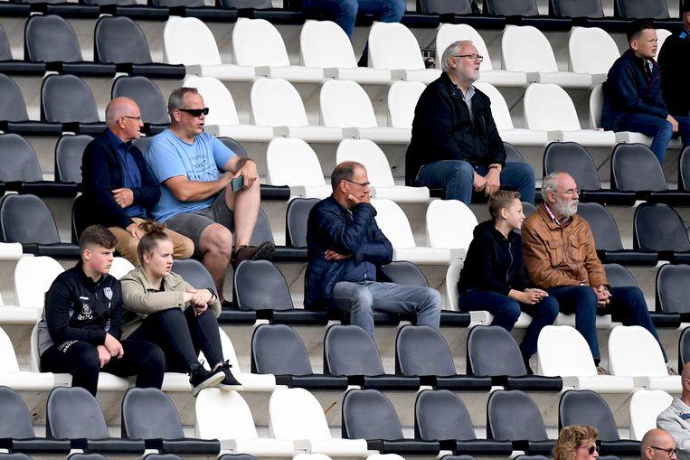 Supporters bij de oefenwedstrijd Heracles-Sparta in Almelo op 2 juli.  Beeld Pro Shots / Paul Meima
