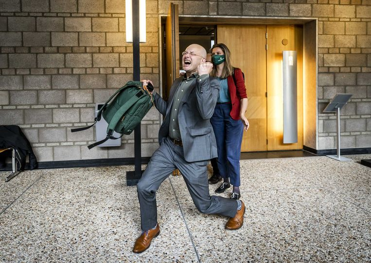 Donald Pols, directeur Milieudefensie, juicht na de uitspraak van de rechtbank.  Beeld ANP