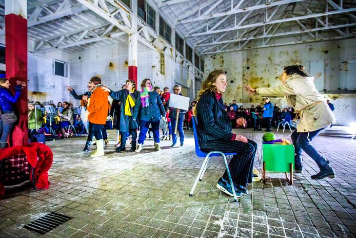 De eerste repetitie in een van de hallen op het Zwitsalterrein in Apeldoorn. Woensdagavond gaat de voorstelling, dat een samenwerking is tussen professionele acteurs, musici, koren en amateurgezelschappen, in première.