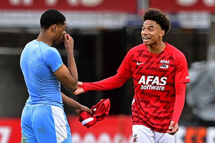 AZ en PSV strijden momenteel om plek twee. Hier Denzel Dumfries en Calvin Stengs op de foto, na het duel tussen de twee ploegen van twee weken geleden.