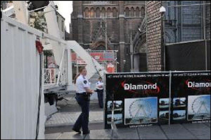 De politie bij het Spookhuis op de Tilburgse kermis. FOTO Brabants Dagblad.
