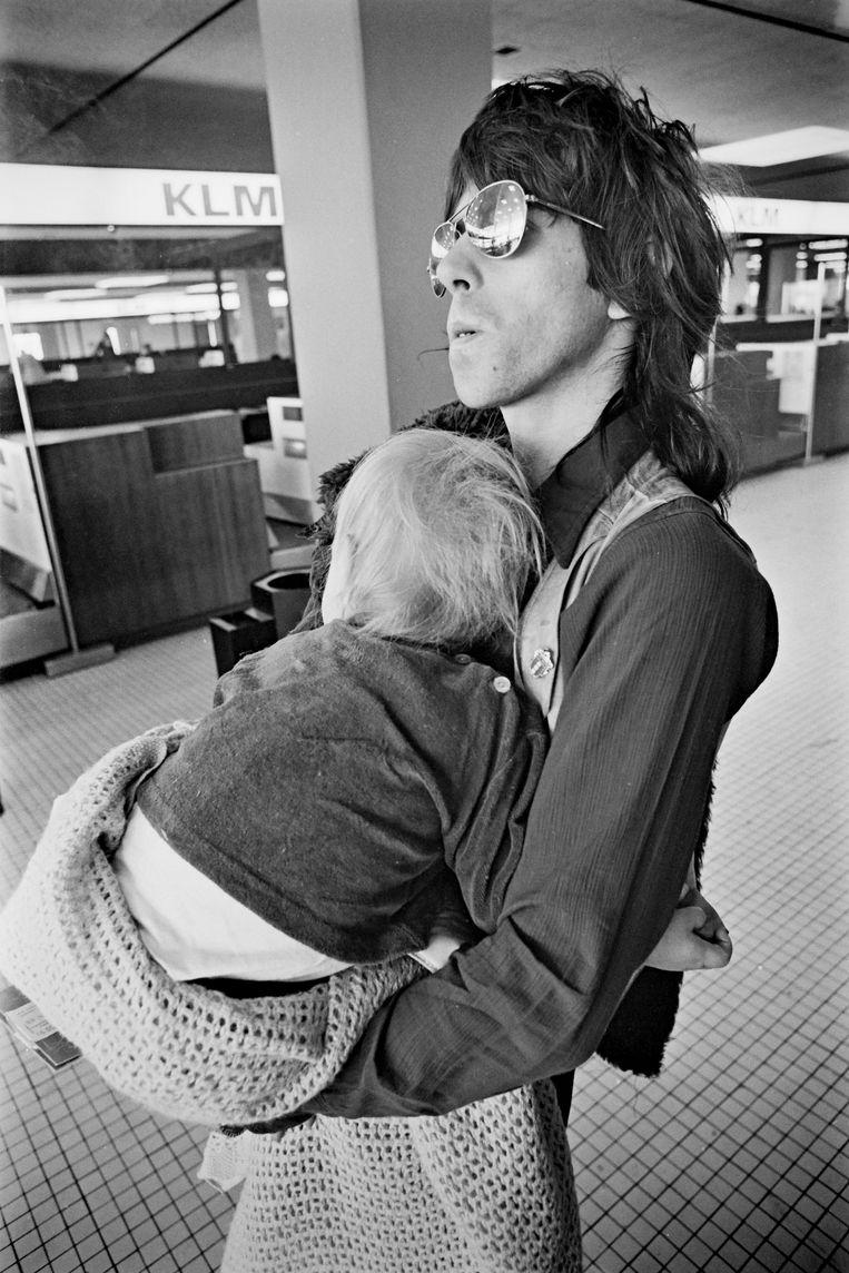 Keith Richards met zijn zoon Marlon op Schiphol, op de laatste dag van hun Europese tournee in 1970.  Beeld Redferns