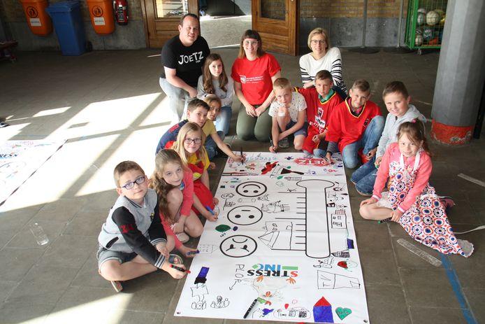 Joetz verbindt kinderen van het gewone en bijzondere onderwijs met elkaar tijdens workshops. Hier maken de kinderen een stressmeter