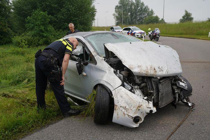 Een automobilist is vanochtend bij een ongeluk meerdere keren over de kop gevlogen op de N348 bij Zutphen.