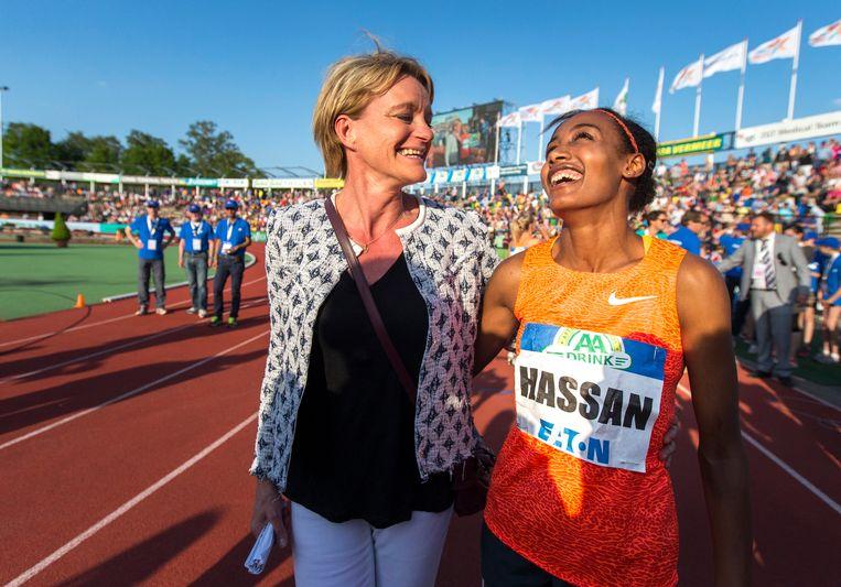 Ellen van Langen  met Sifan Hassan na het winnen van de 1.000 meter bij de FBK Games in 2015. Beeld ANP