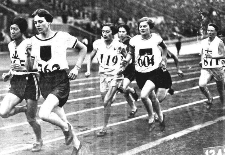 Tijdens de Spelen van Amsterdam in 1928 waren er voor het eerst medailles voor vrouwen op atletiekonderdelen. De 800 meter werd gewonnen door Lina Radke, die hier voorop loopt. Beeld ANP
