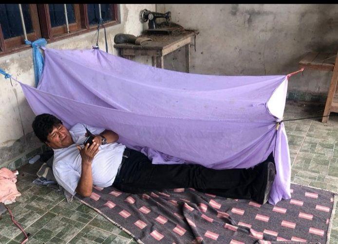 President Morales twittert hoe hij de eerste nacht op een onbekende locatie doorbrengt nadat hij is afgetreden.