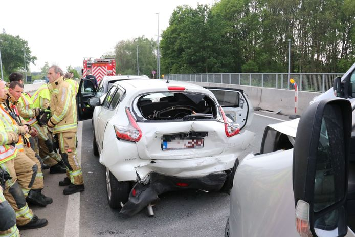 De schade aan de bestelwagen en de Nissan was aanzienlijk.