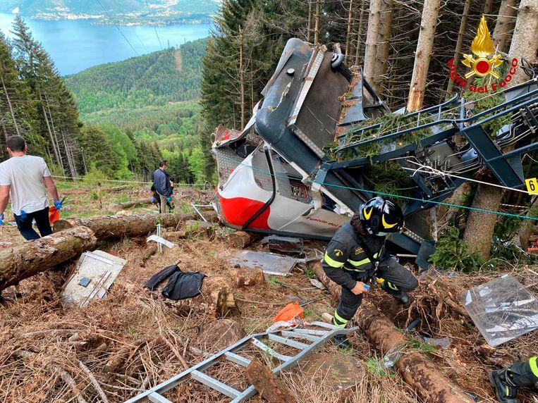 Reddingswerkers bij de neergestorte cabine tussen Stresa en Mottarone. Beeld AP