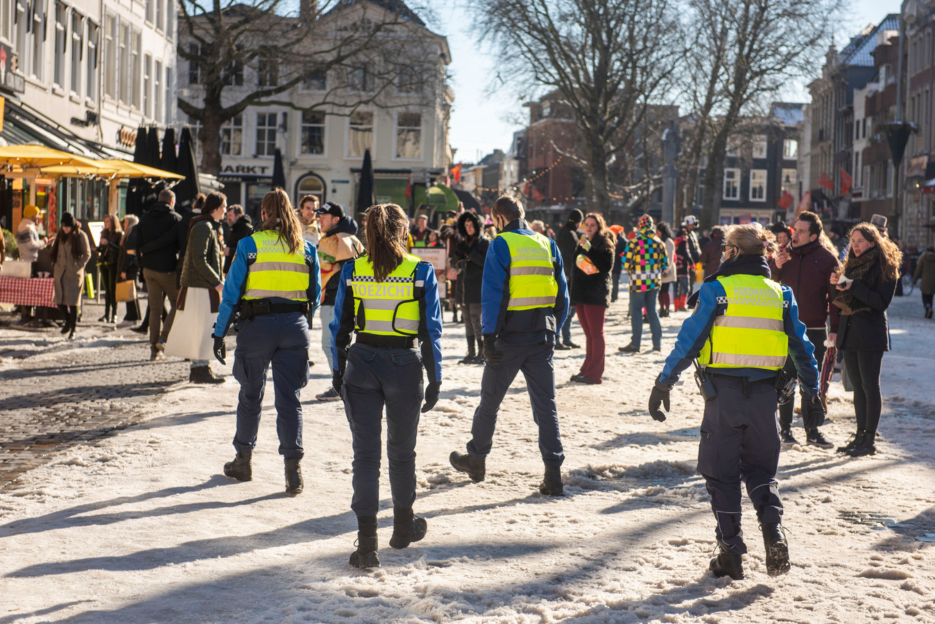 Handhavers op de Grote Markt in Breda.