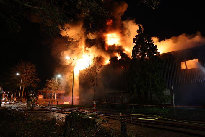 De vlammen slaan metershoog uit het pand in Kampen.