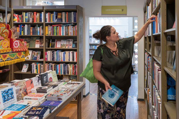 Katinka Polderman in de boekhandel in haar woonplaats Den Bosch.