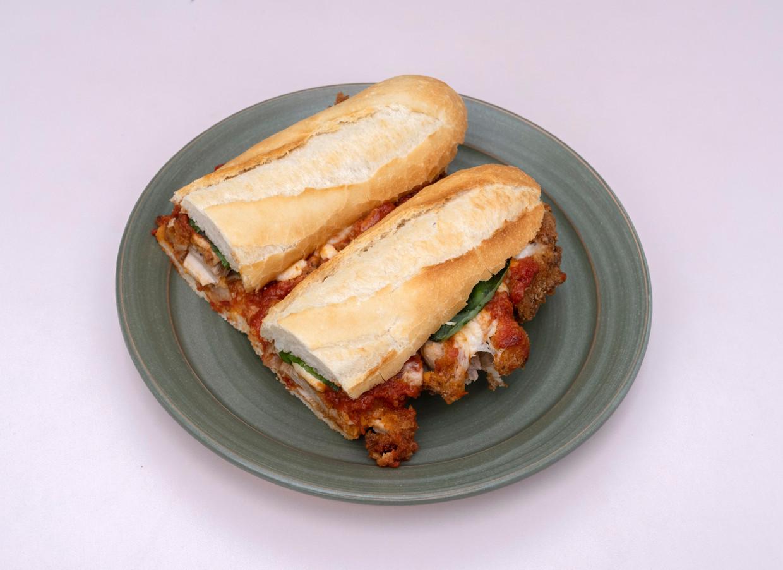 Chicken parm is misschien wel nóg lekkerder op een broodje. Beeld Els Zweerink