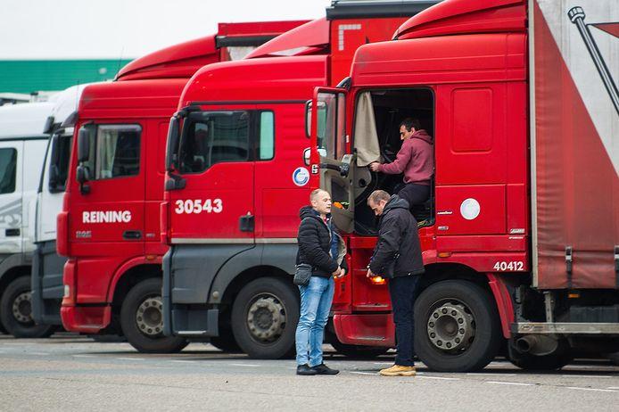 Vrachtwagenchauffeurs bij Hazeldonk, op de Nederlands-Belgische grens.