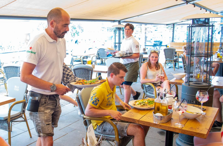 Bedrijfsleider Rolf van Zoelen van Hotel Restaurant Bella Ciao staat in de keuken en serveert zelf uit vanwege het personeelstekort.