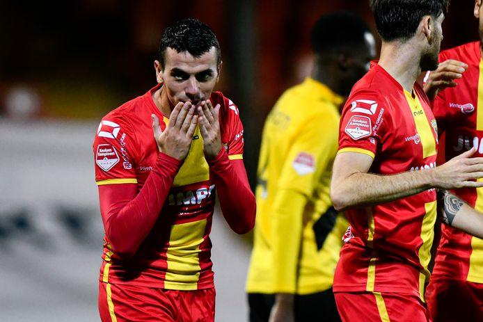 Spits Antoine Rabillard van GA Eagles viert in de bekerwedstrijd tegen NAC (6-0) een doelpunt. In de volgende ronde wacht Cambuur.