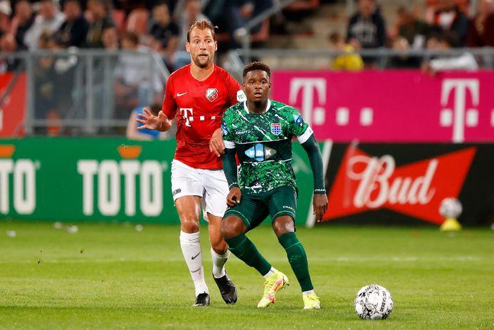 Willem Janssen (l) in duel met Daishawn Redan van PEC Zwolle, afgelopen zaterdag.