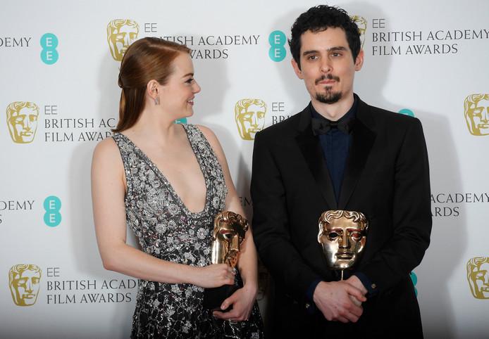Actrice Emma Stone en regisseur Damien Chazelle met hun Bafta's.