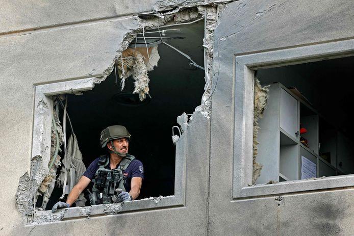 Een Israëlische militair controleerde vanochtend een appartement in de stad Ashkelon na een raketaanval.
