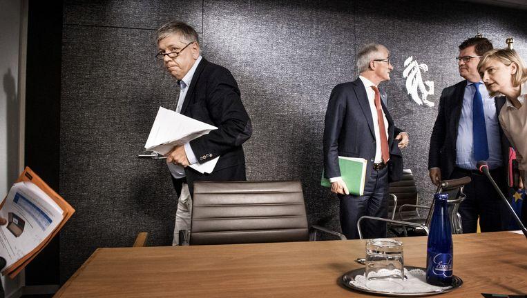 Minister van Welzijn Jo Vandeurzen (l.) belooft een 'budgettair neutrale' hervorming van het kinderbijslagstelsel. Beeld Eric de Mildt