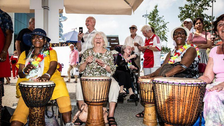 De workshop djembé & dans: een van de grote hits van het festival. Beeld Dingena Mol