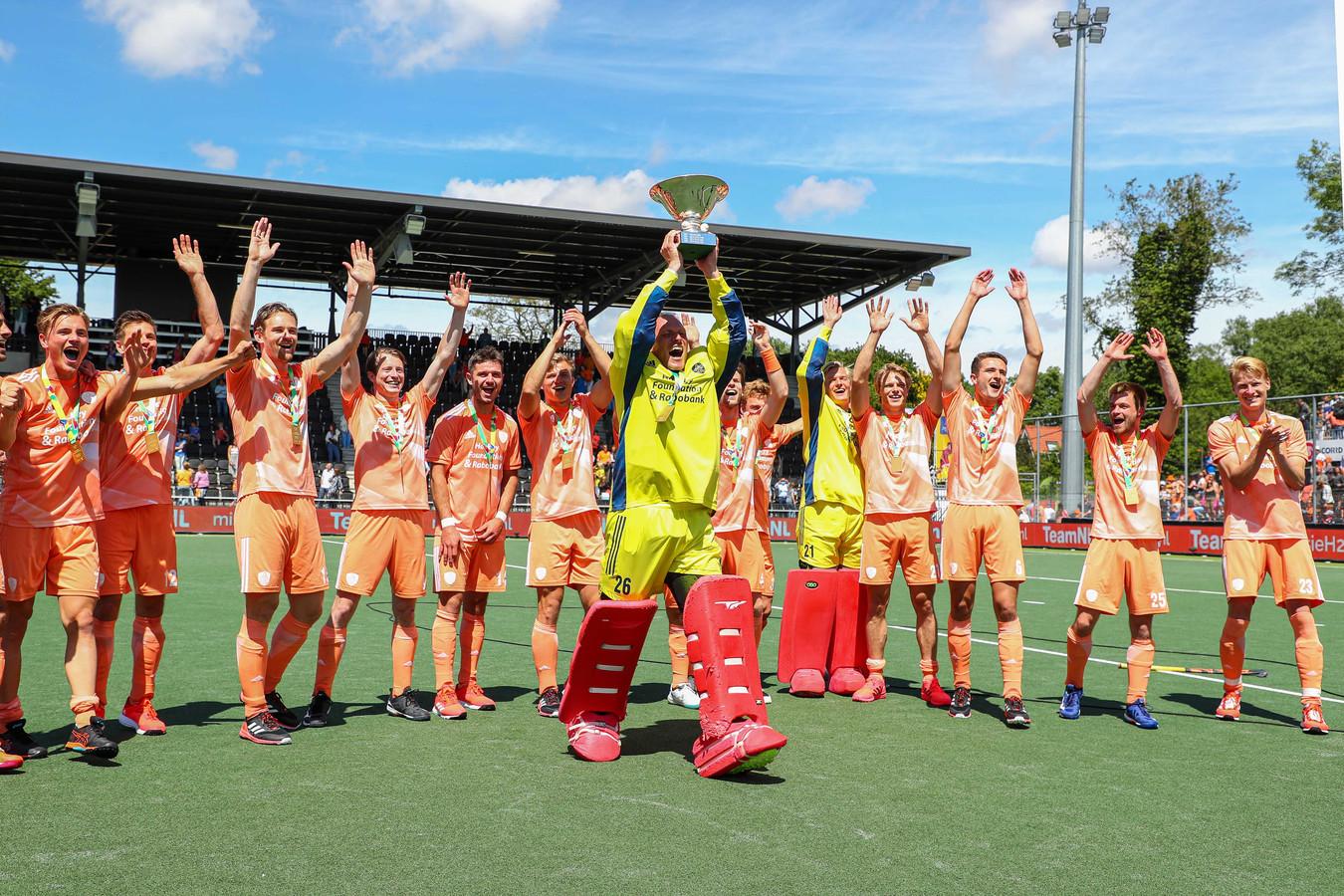Keeper Pirmin Blaak viert de titel na de finale tegen Duitsland.
