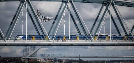 Gigantisch spandoek boven spoorbrug bij Nijmegen weggehaald: 'Levensgevaarlijk en verboden'