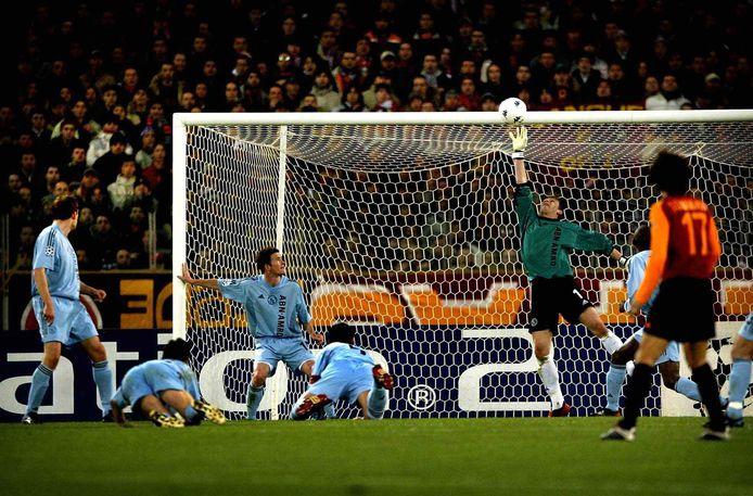 Ajax-doelman Bogdan Lobont tikt de bal over de doellat in de wedstrijd tegen AS Roma terwijl de verdediging toekijkt