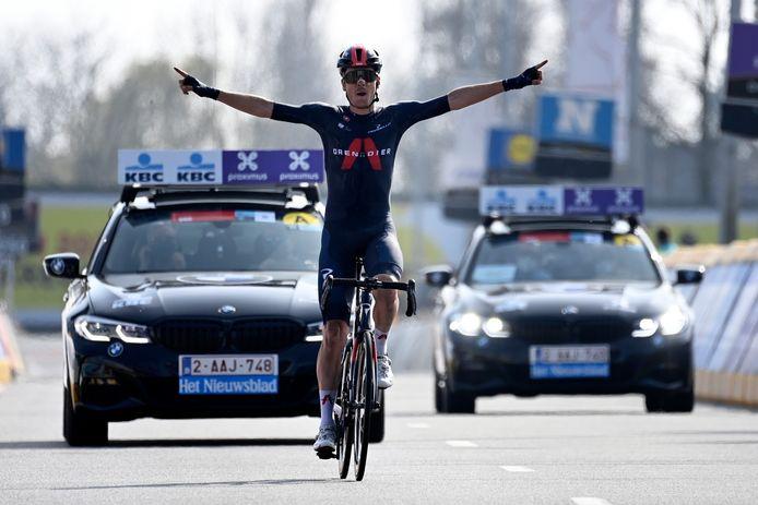 Dylan van Baarle viert zijn overwinning.
