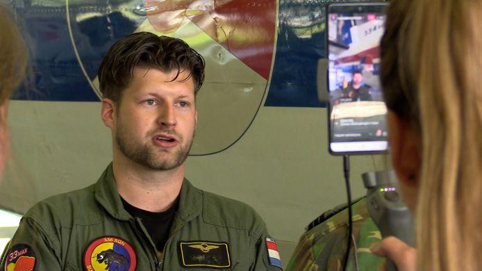 Sergeant Joris voor de livestream van de online week van de Luchtmacht.