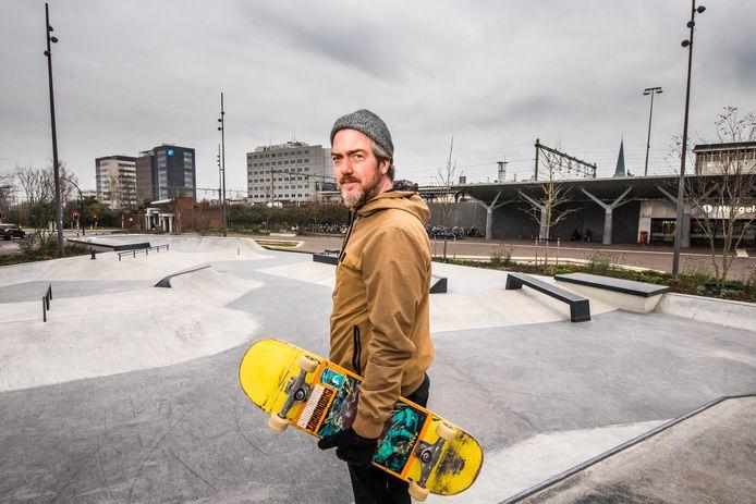 Tjeerd Derkink staat klaar voor een rondje skatepark.