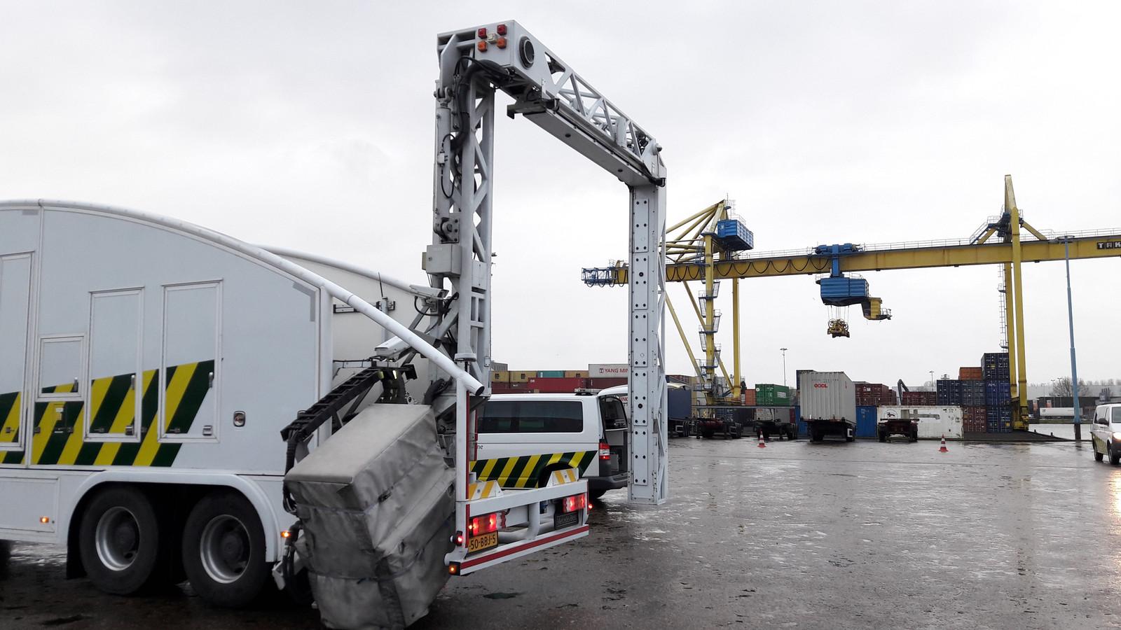 Met een grote scanner wordt de inhoud van grote zeecontainers bekeken.