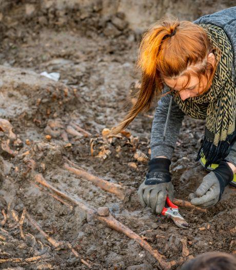 Mysterie massagraf Vianen ontrafeld: 81 skeletten (met zaagsporen!) zijn van soldaten die pijnlijke dood stierven